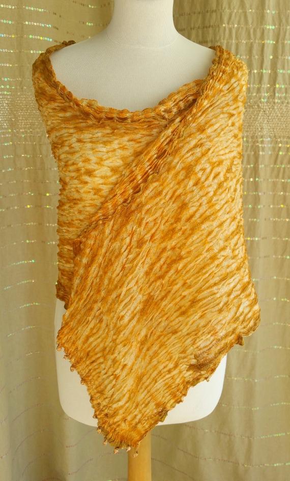 Etole en soie froissée Idéa +, peut se porter de différentes manières. a3aed38d273
